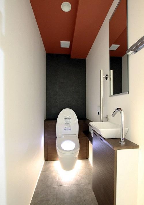 トイレ足元の照明のみバージョン