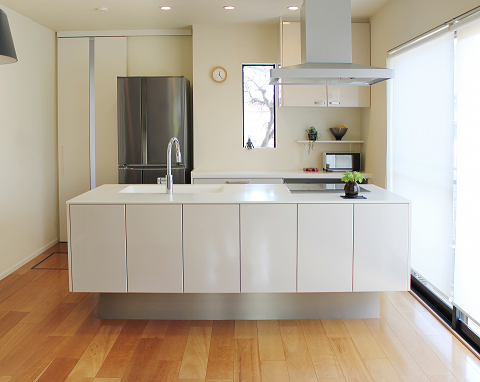 白のアイランド型キッチン