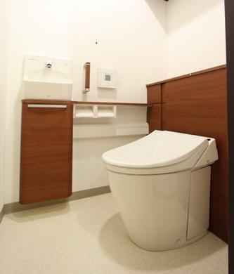 リフォーム後の収納力抜群スタイリッシュなトイレ