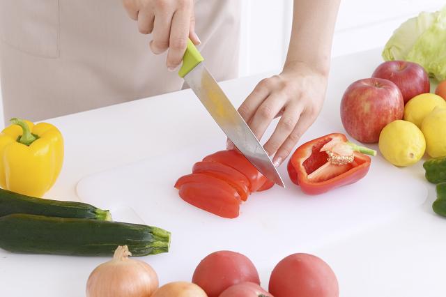 キッチンで野菜を切る手元